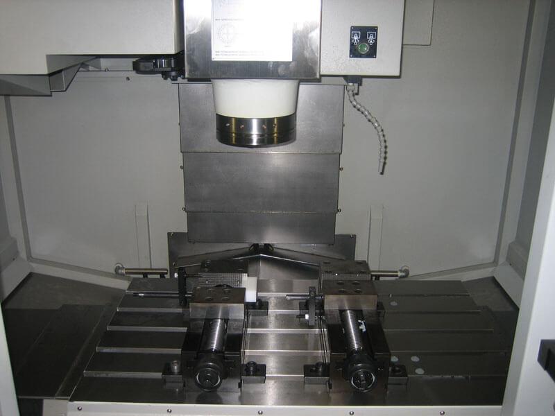 CNC freesmachine Bridgeport - Bespex kunststof bewerking